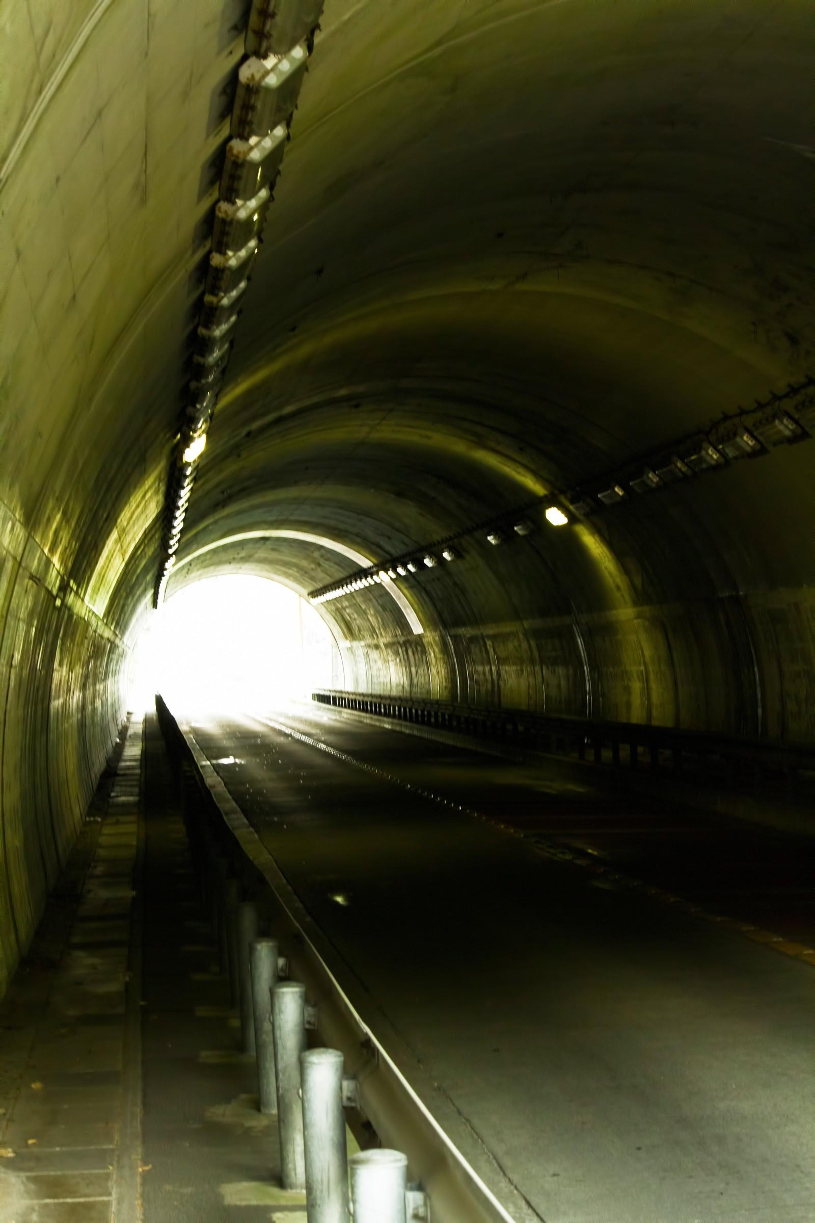 車とバイクのトンネル通行時の5つの注意点