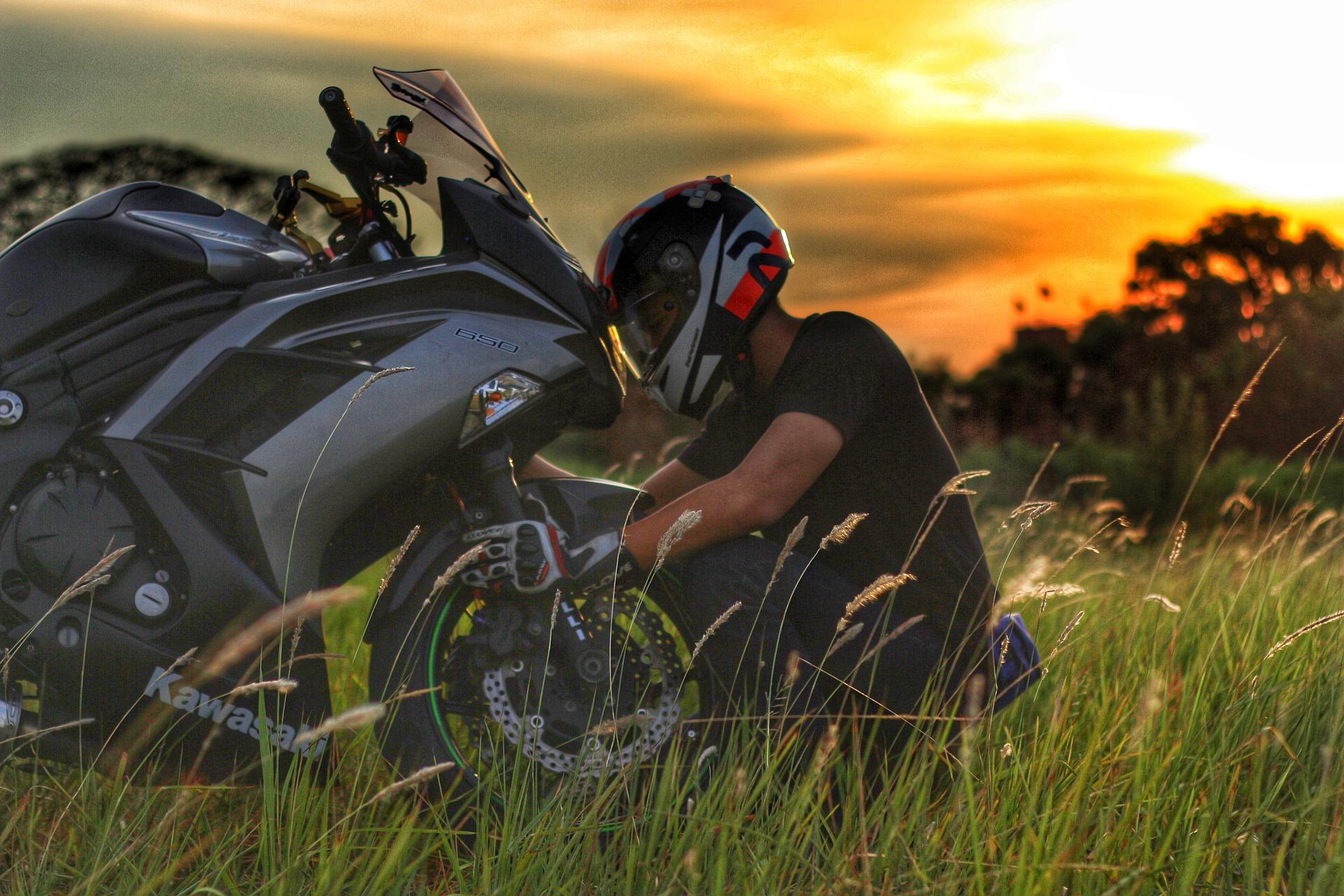 バイク、車でエンストを防ぐコツは少しクラッチを踏むことです!
