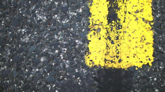 バイクで信号待ちなどで停止するときに足のつく場所を見ていますか