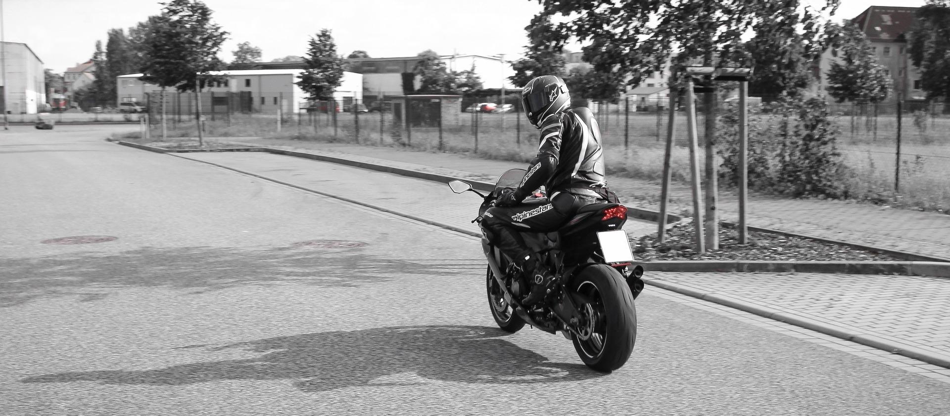 横からの飛び出しに注意!バイク運転中の縦型目線について