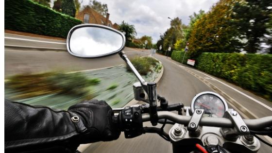 冬場にバイクを運転するときはミラーを外側に向けよう!